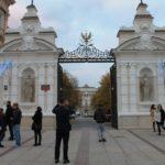 2-zwiedzamy-trakt-krolewski-zdjecie-przed-uniwersytetem-warszawskim
