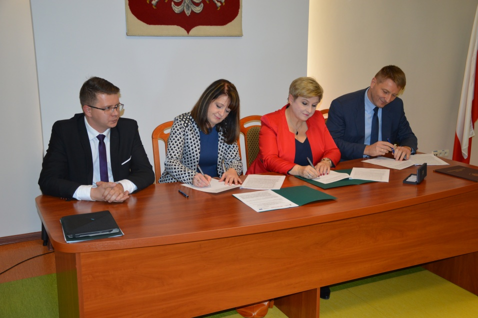 Podpisanie umów o dofinansowanie unijne projektów z dz. 5.2 Gospodarka odpadami i dz. 6.2 Rewitalizacja obszarów zmarginalizowanych