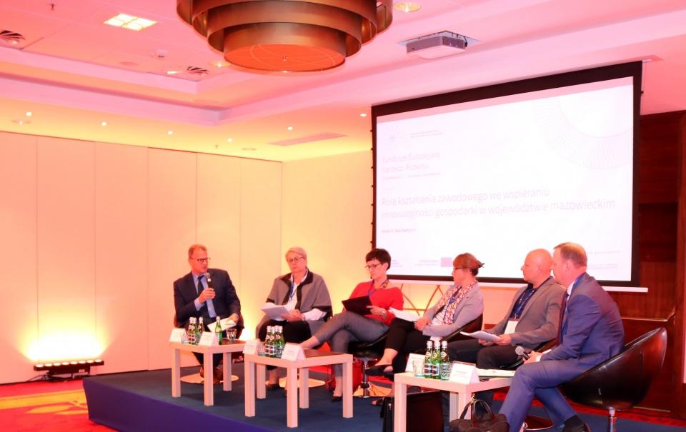 Uczestnicy panelu dyskusyjnego o roli kształcenia zawodowego