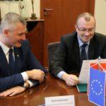 """Podpisy pod zdjęciami """"Uroczyste podpisanie umów o dofinansowanie projektów z działania 4.3.2 Mobilność miejska w ramach ZIT"""""""