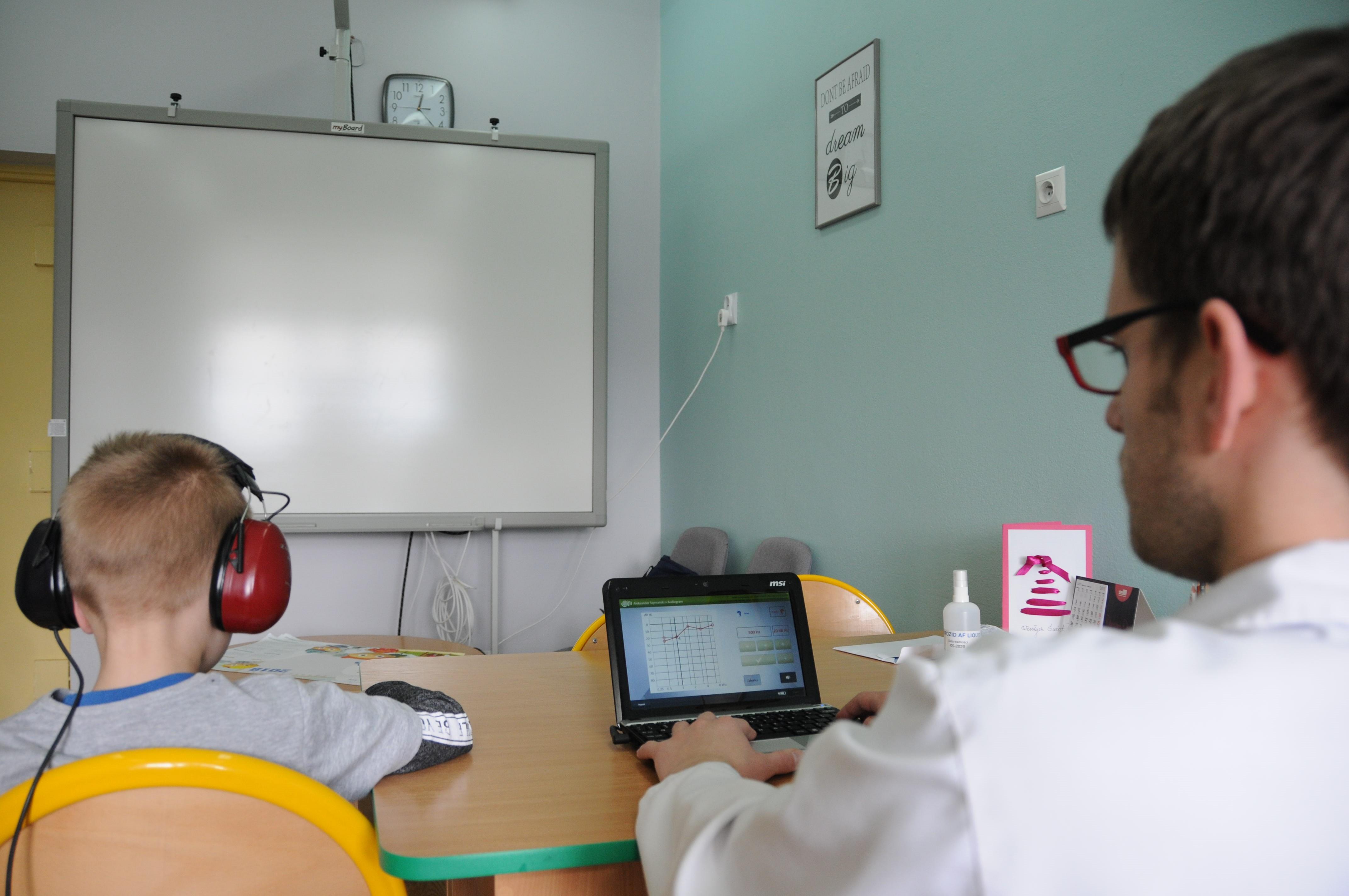 Badania są nieinwazyjne i bezpieczne dla dziecka. Na zdjęciu zespół Światowego Centrum Słuchu bada uczniów w powiecie wyszkowskim