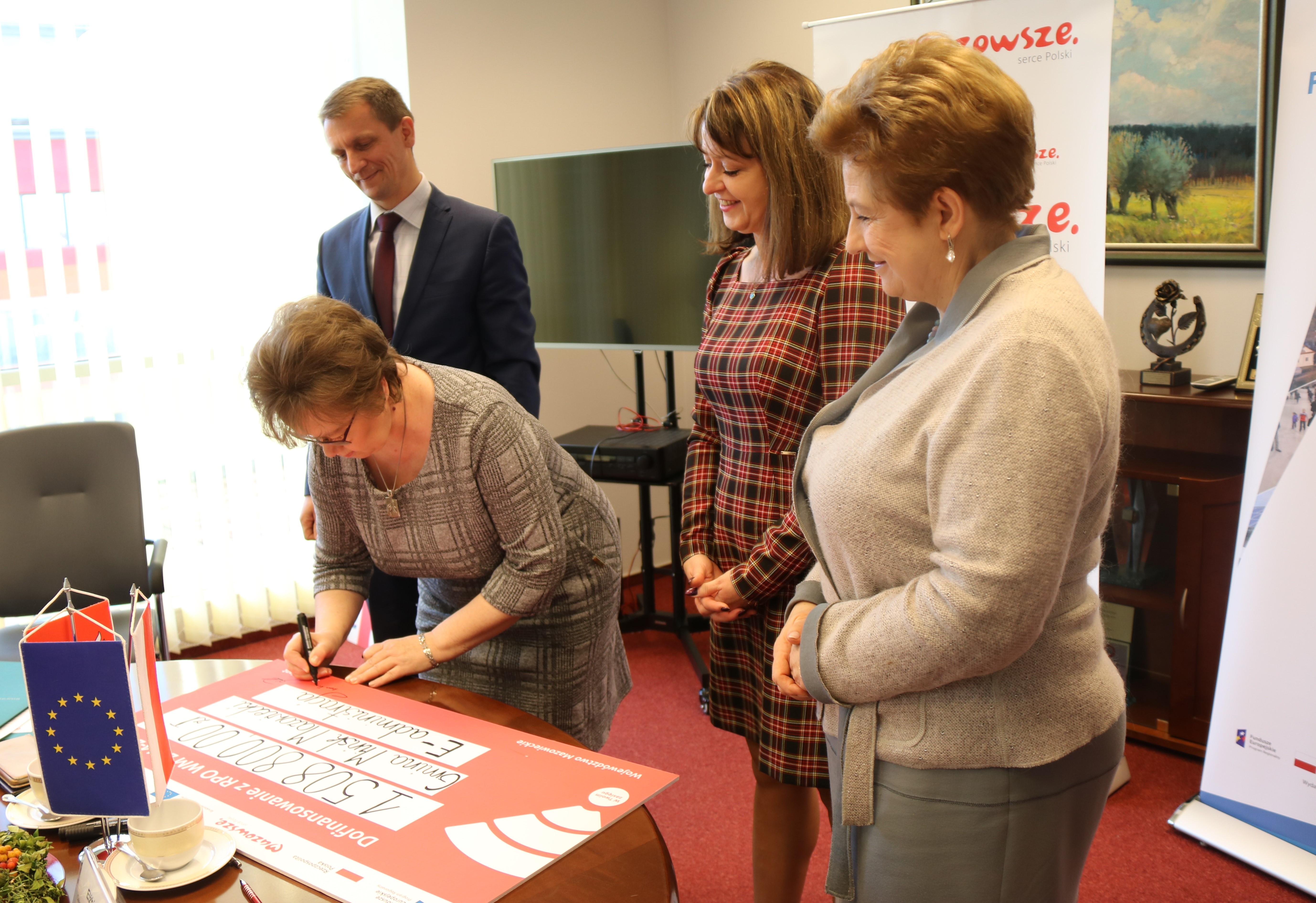 Uroczyste podpisanie umów o dofinansowanie unijne projektów z Działania 2.1 E-usługi i Działania 4.3 Redukcja emisji zanieczyszczeń powietrza