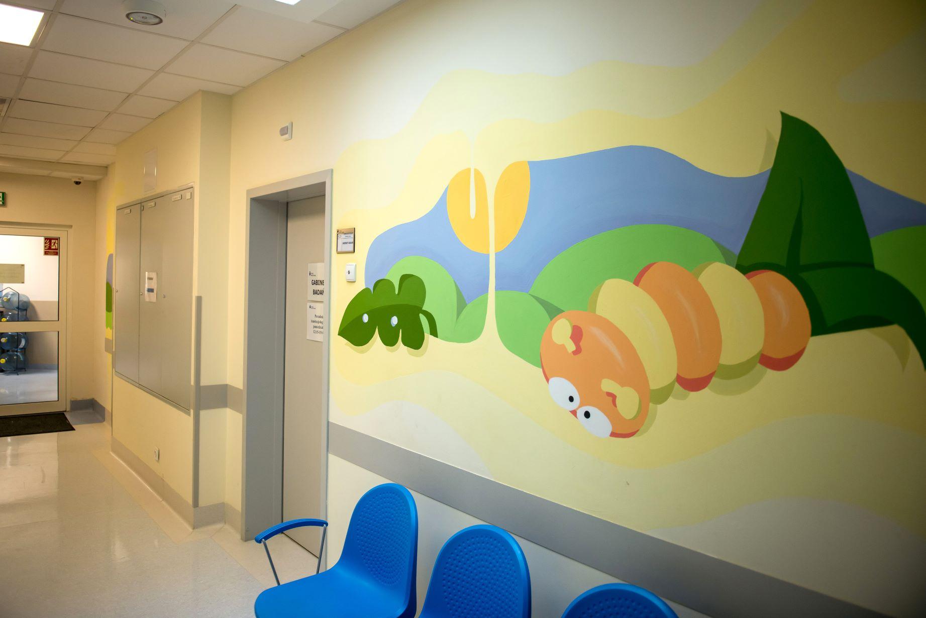 08 IMiD Korytarz w Instytucie z muralami