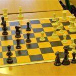 Szachy w szkole; uczniowie uczą się logiki planów strategicznych, liczą wartości figur, ćwiczą logiczne myślenie.