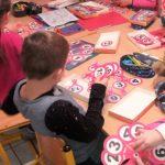 Uczę się eksperymentując_dzieci doskonalą swoje umiejętności dzięki wykonywaniu różnych ćwiczeń oraz zastosowaniu zabaw, gier edukacyjnych