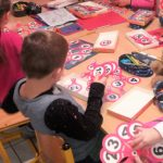 Uczę się eksperymentując; dzieci doskonalą swoje umiejętności dzięki wykonywaniu różnych ćwiczeń oraz zastosowaniu zabaw, gier edukacyjnych.