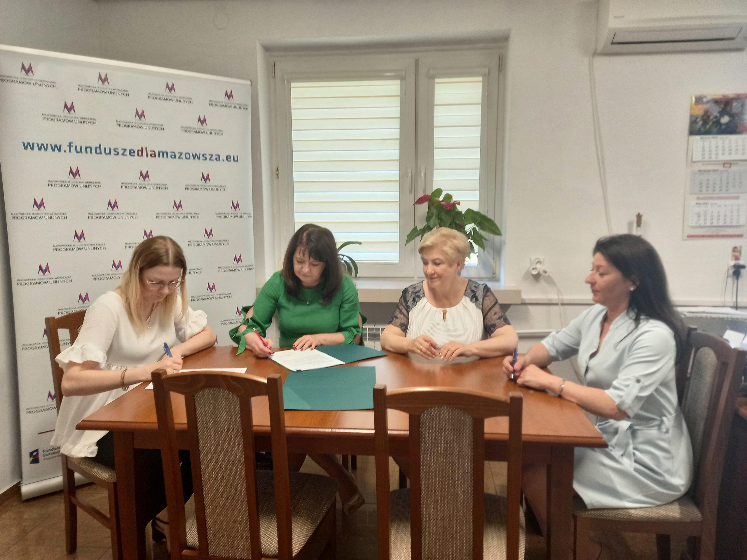 Podpisanie umowy na realizację projektu z zakresu termomodernizacji budynku Szkoły Podstawowej im. Ludwika Górskiego w Ceranowie