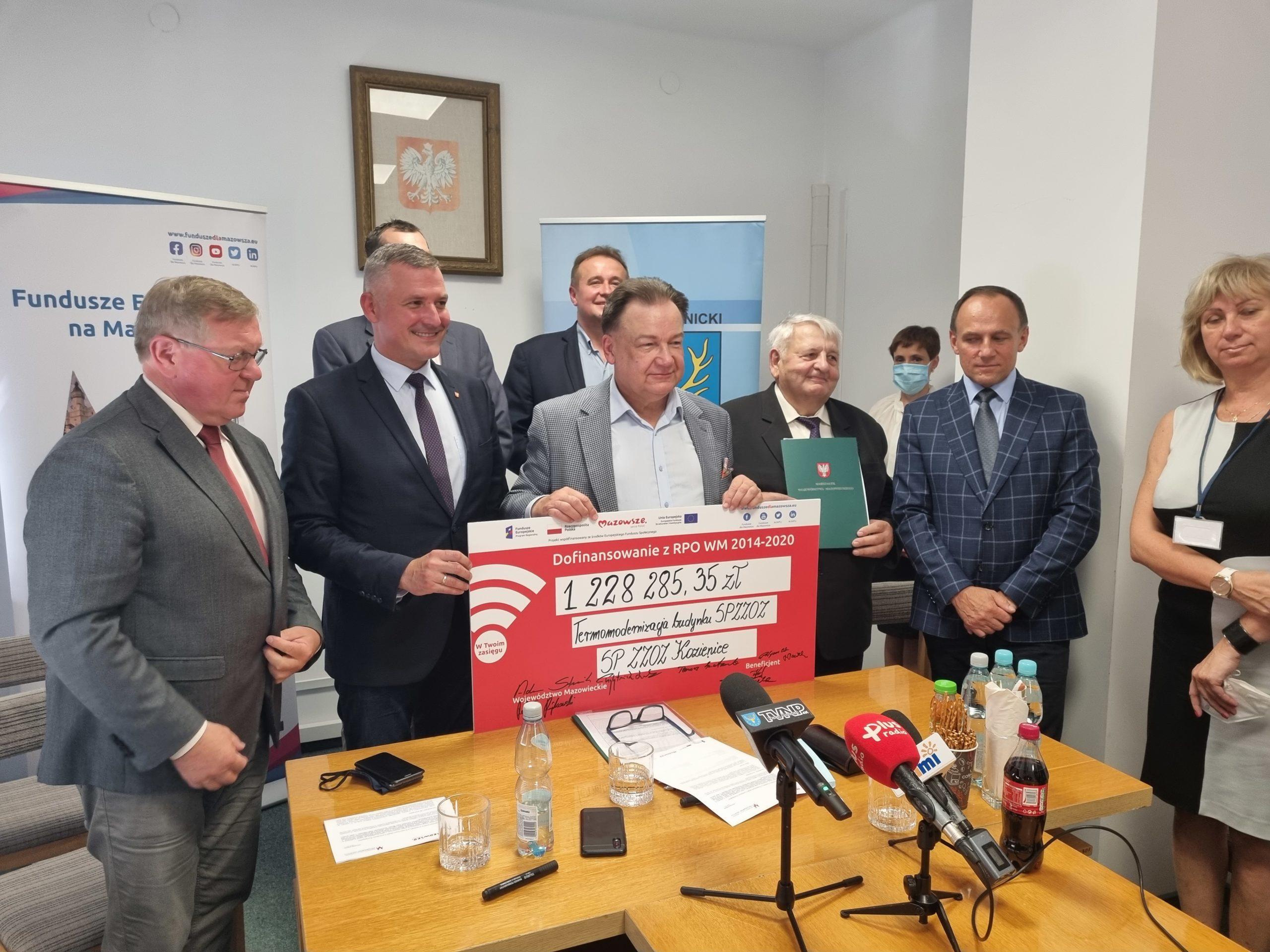 Uczestnicy uroczystości z pamiątkowym czekiem na kwotę 1,2 mln zł na termomodernizację szpitala w Kozienicach