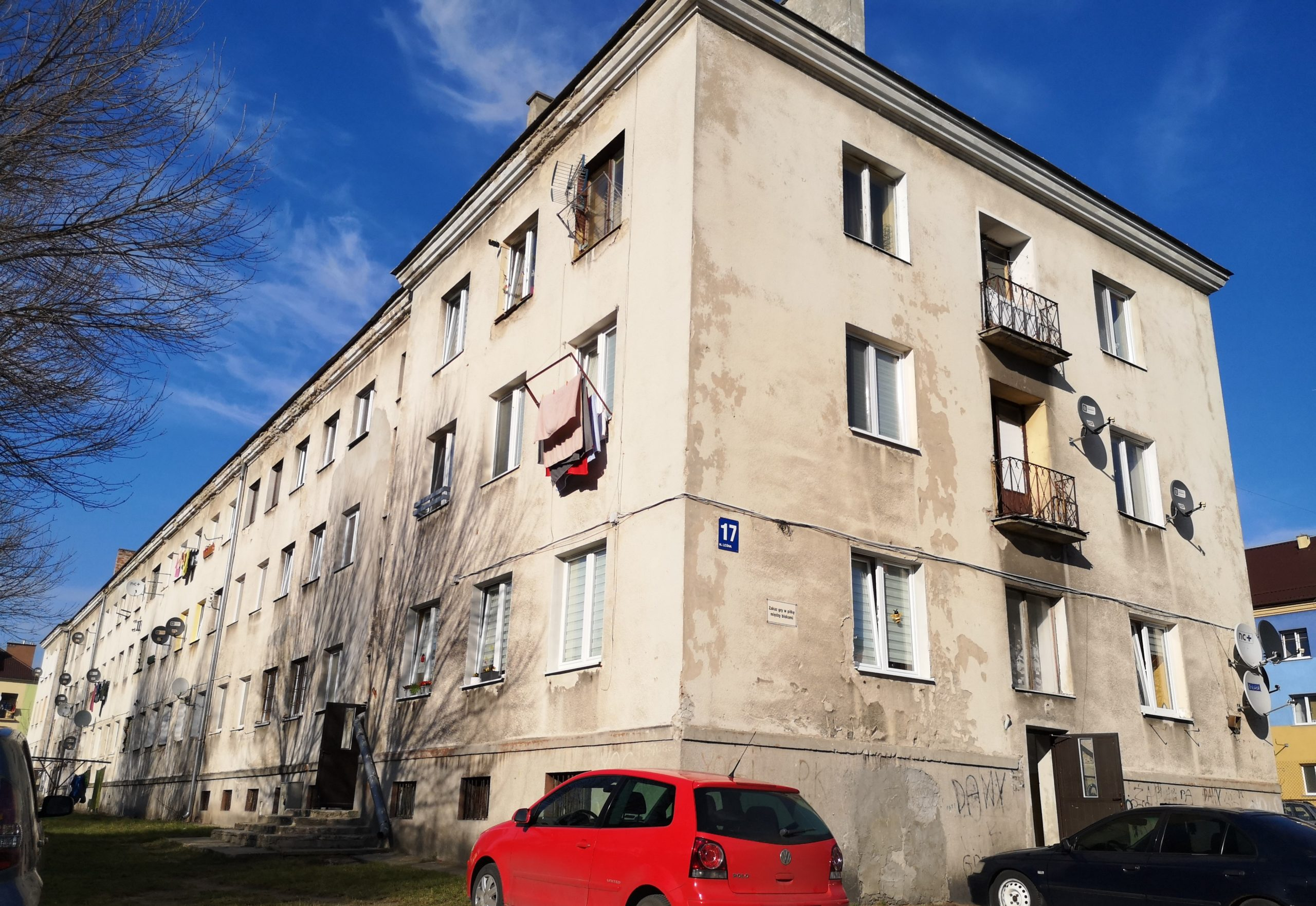 Kilkupiętrowy budynek mieszkalny przed remontem