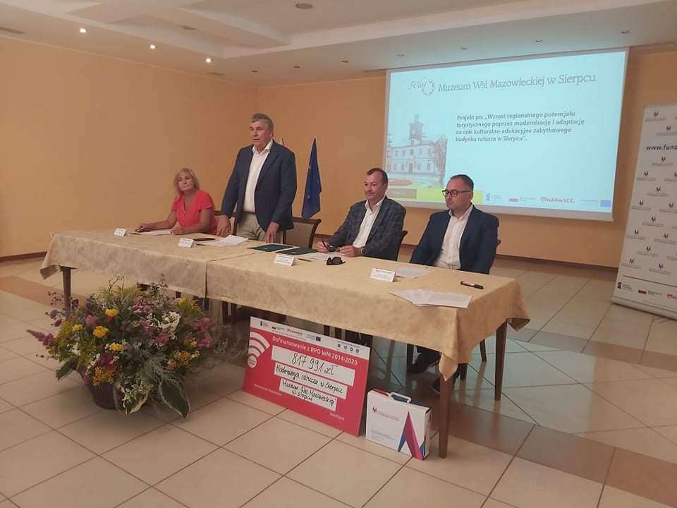 Podpisanie umowy o dofinansowanie w dniu 28 lipca 2021 r. z udziałem Wiesława Rabouszuka Wicemarszałka Województwa Mazowieckiego z przedstawicielami Muzeum Wsi Mazowieckiej.