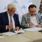 Adam Struzik Marszałek Województwa Mazowieckiego oraz Sławomir Mazur Wójt Gminy Nieporęt podpisują umowę o dofinansowanie z Unii Europejskiej