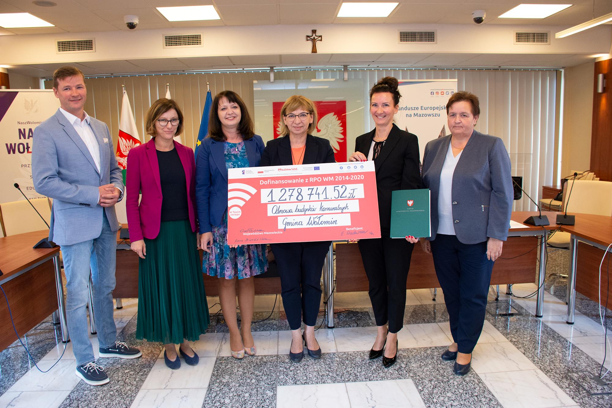 Członek Zarządu województwa Mazowieckiego Janina Ewa Orzełowska i beneficjenci z pamiątkowym czekiem