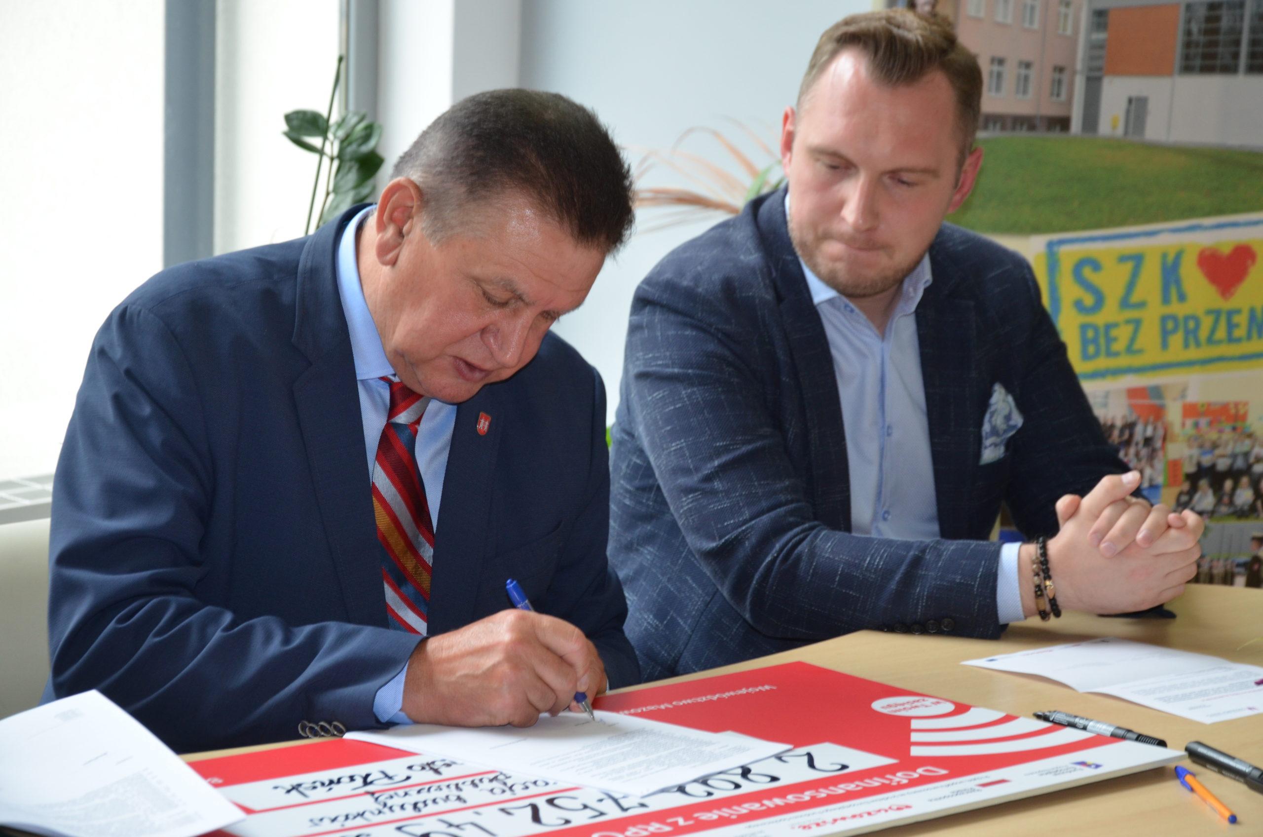 Podpisywanie umowy na termomodernizację budynków w Płońsku.