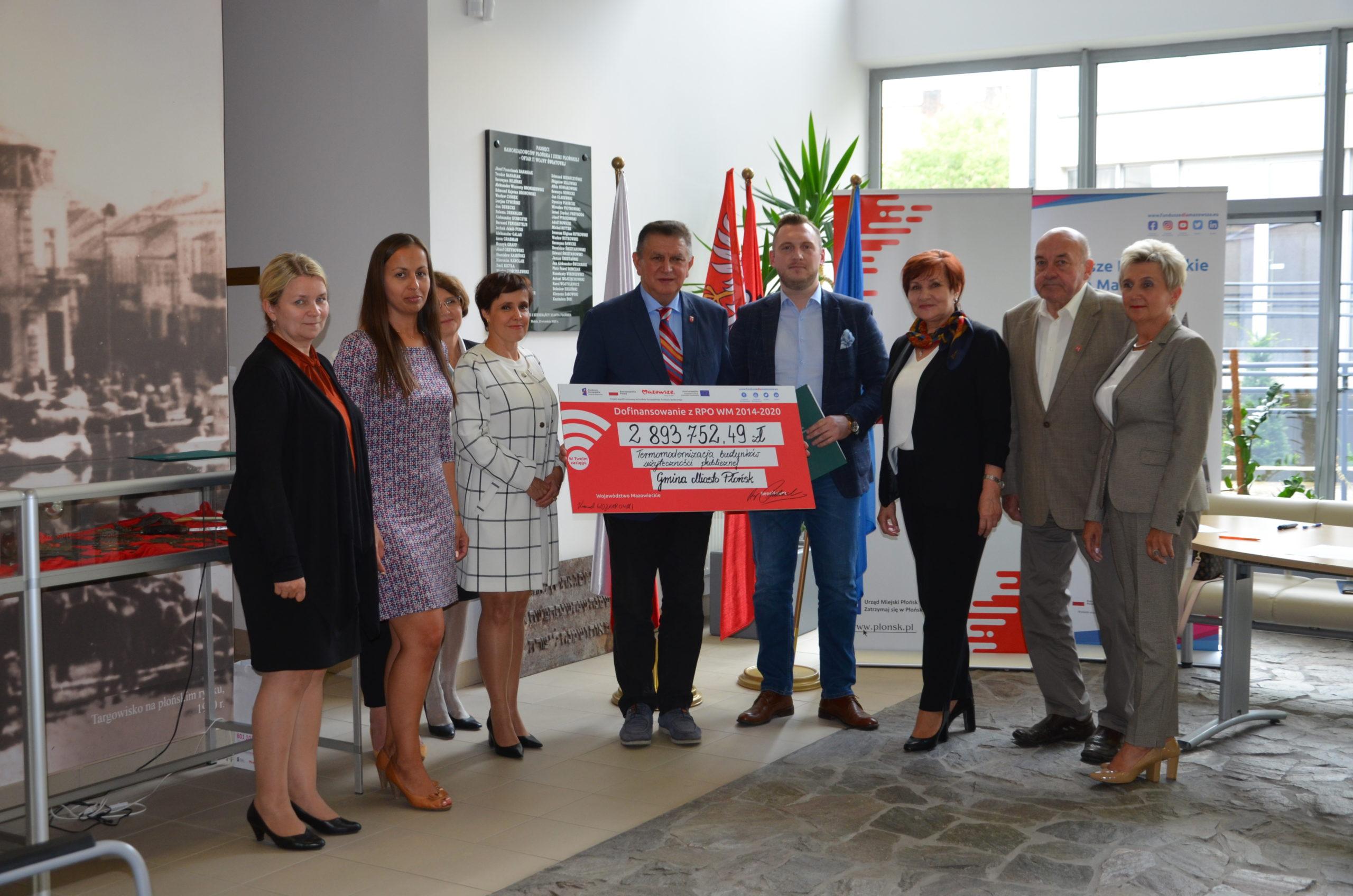 Uczestnicy spotkania z pamiątkowym czekiem na termomodernizację budynków w Płońsku.